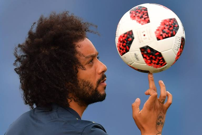 O lateral esquerdo brasileiro Marcelo brinca com a bola durante treino
