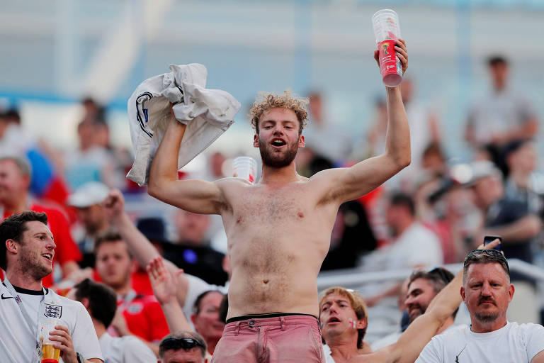 Torcedor da Inglaterra comemora vitória contra o Panamá no estádio Nijni Novgorod