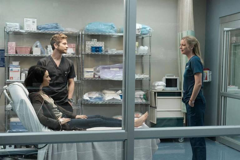 """Cena da série médica """"The Resident"""", com Matt Czuchry e Emily Vancamp"""