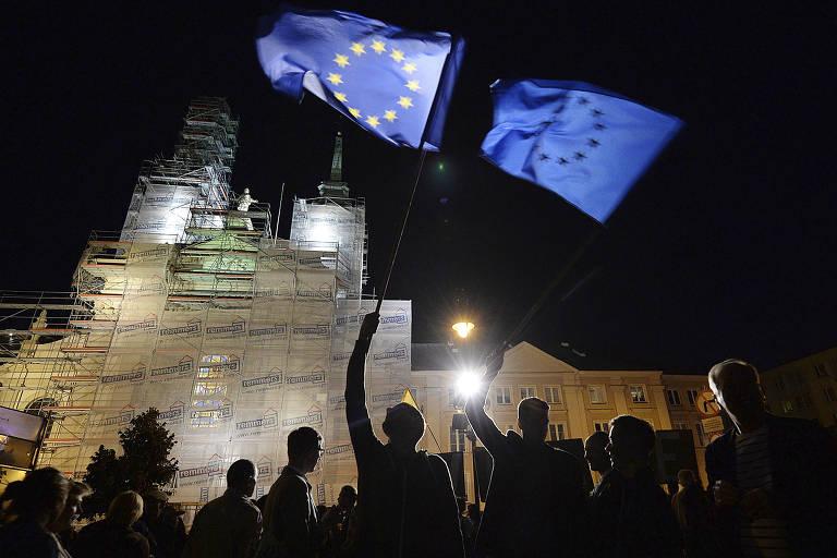 Manifestantes vão às ruas de Varsóvia para protestar contra reforma do Judiciário que obrigará aposentadoria de um terço da Suprema Corte da Polônia