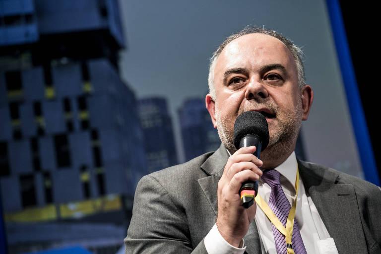 Laurence Casagrande falando ao microfone
