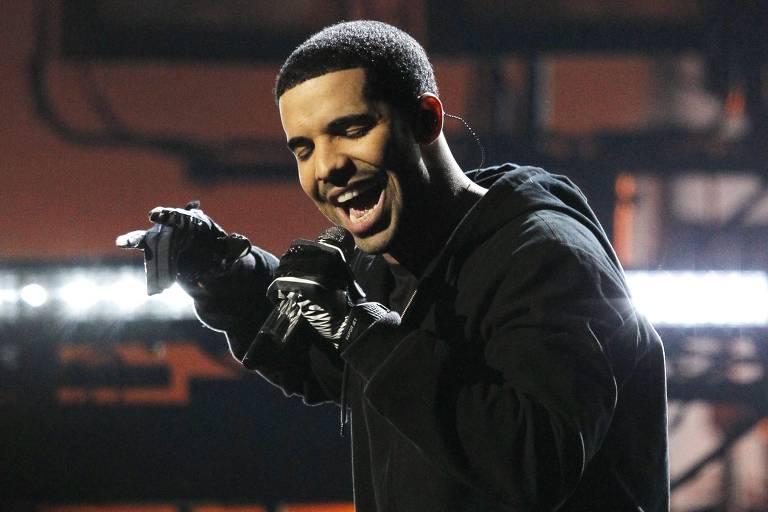 Drake se apresenta no American Music Awards de 2011, em Los Angeles, nos EUA