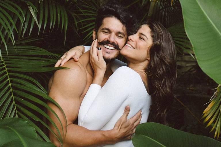 """Juntos na vida real, Priscila Fantin e Bruno Lopes vivem um casal na peça """"Precisamos Falar de Amor Sem Dizer Eu Te Amo"""""""