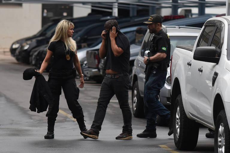 Policiais federais levam um dos alvos à sede PF no centro do Rio