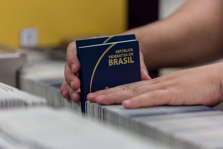 Mão segura passaportes