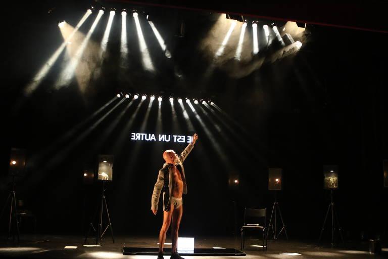 """Gilberto Gawronski em cena de """"A Ira de Narciso"""", no teatro Sesc da Esquina, em Curitiba, PR, em 2018"""
