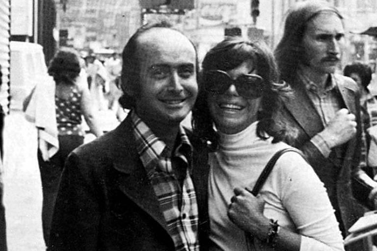 O jornalista Vladimir Herzog ao lado de sua mulher, Clarice