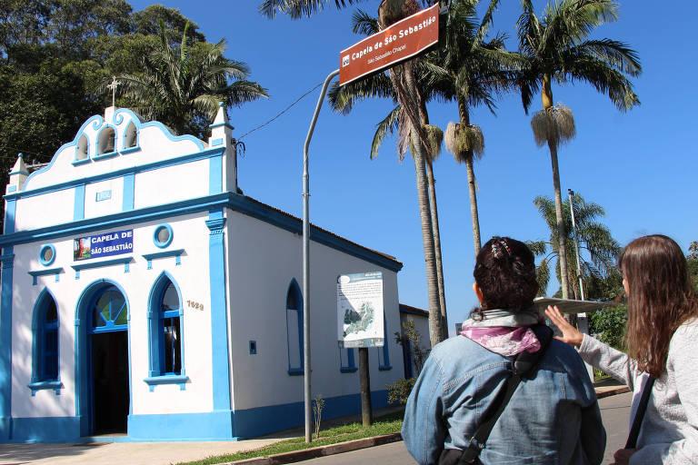 """Turistas durante passeio do programa """"Oba! Férias!"""", do Sesc, em frente à capela de São Sebastião, na Ilha do Bororé (SP)"""