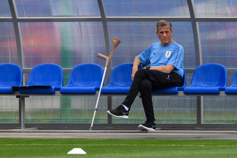 Tabarez observa treino do Uruguai para as quartas de final da Copa, em Nijni Novgorod