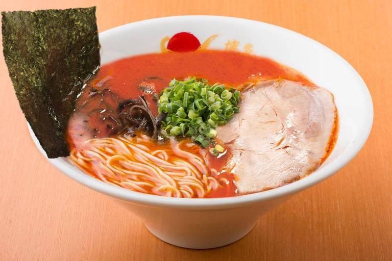 O tan tan tonkotsu, de picância discreta, é uma das atrações da rede japonesa