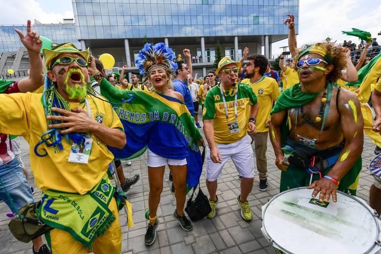 Torcedores do Brasil aguardam a seleção em Kazan