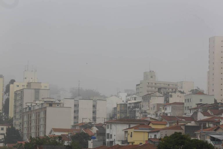 Neblina encobre prédios no bairro de Perdizes, em São Paulo, na manhã desta quinta (5)