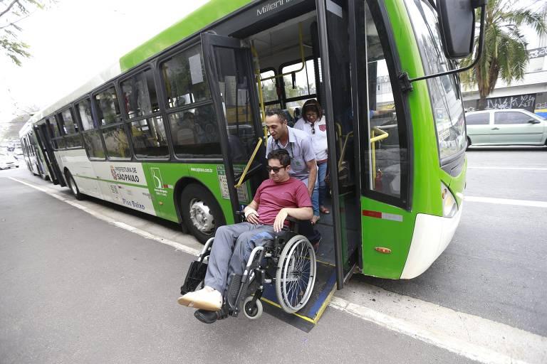 Cadeirante desce de ônibus adaptado em São Paulo