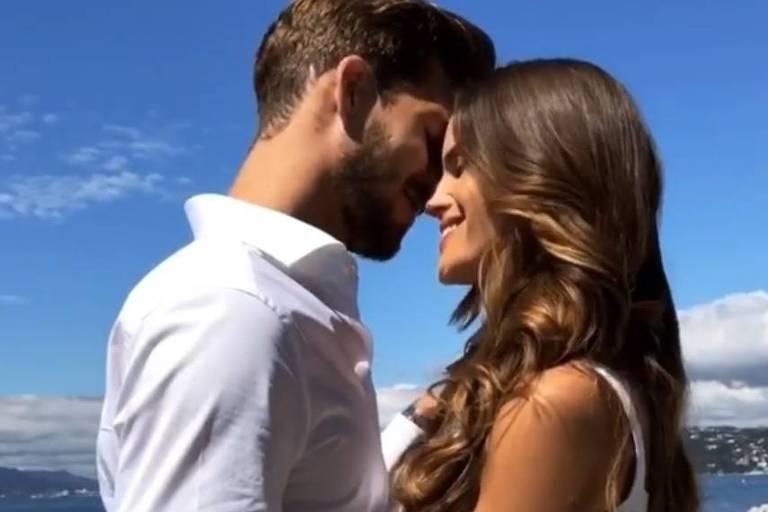 Isabel Goulart e Kevin Trapp ficaram noivos no sul da Itália