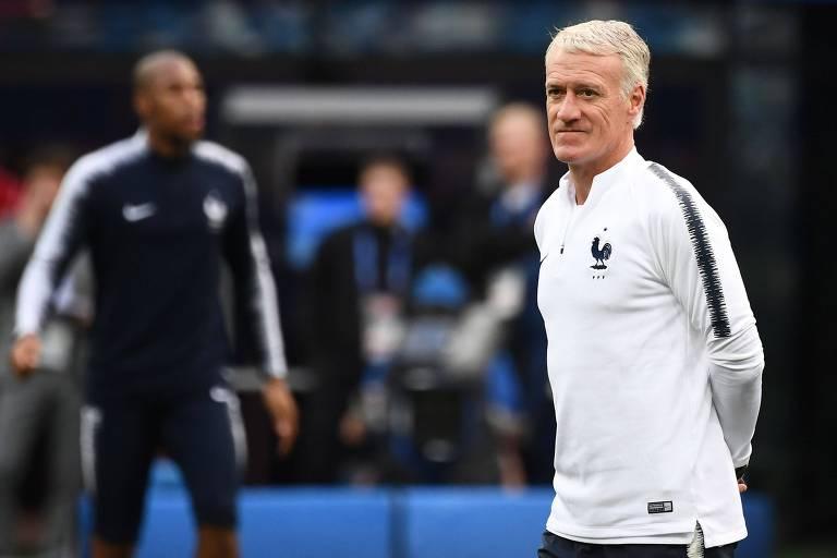 Didier Deschamps comanda o treino de sua equipe nesta quinta (5)