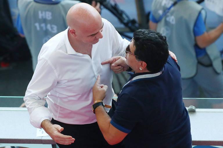 Maradona conversa com o presidente da Fifa, Gianni Infantino, durante partida entre França e Argentina