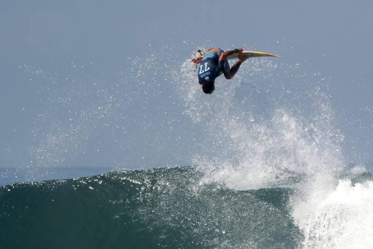 Filipe Toledo faz manobra durante a etapa de Bali do circuito mundial de surfe