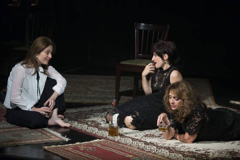 """Marianna Mac Niven, Claudia Ventura e Letícia Isnard em cena do espetáculo """"Agosto"""""""