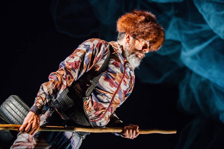 O ator Cesar Augusto na peça 'Insetos', que estreia no CCBB