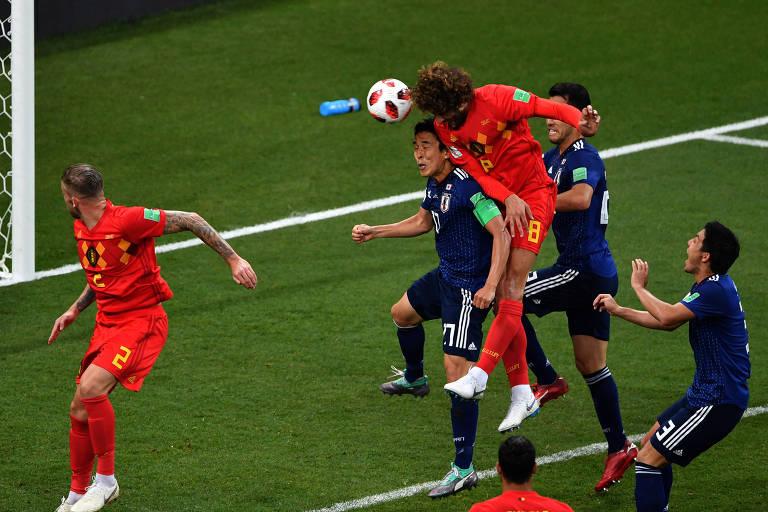 Fellaini cabeceia para marcar o gol de empate da Bélgica contra o Japão