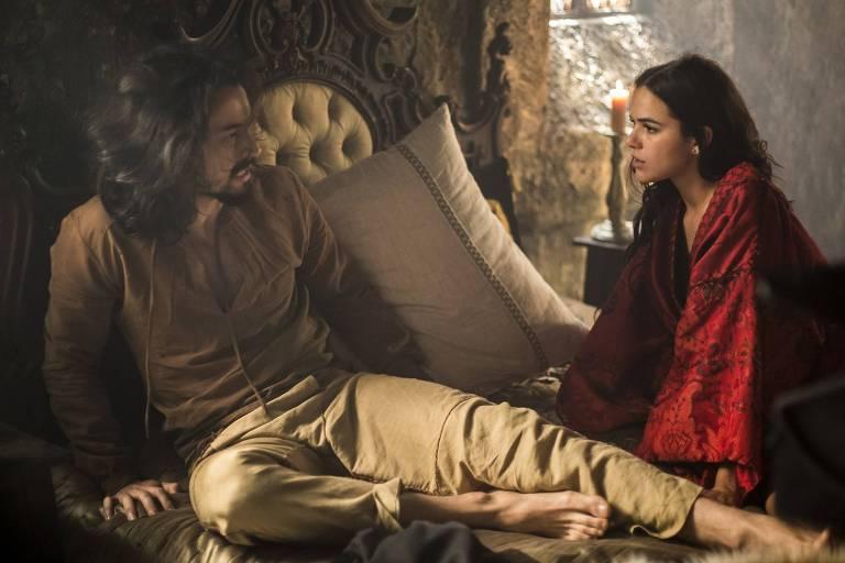 Catarina (Bruna Marquezine) fala a Afonso (Rômulo Estrela) sobre noite juntos