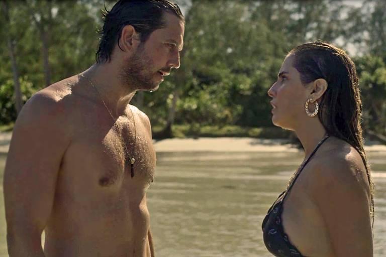 Remy  (Vladimir Brichta) e Karola (Deborah Secco) batem boca em praia paradisíaca