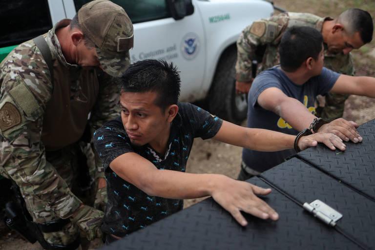 Migrantes da Guatemala são barrados pelas autoridades dos EUA no Texas