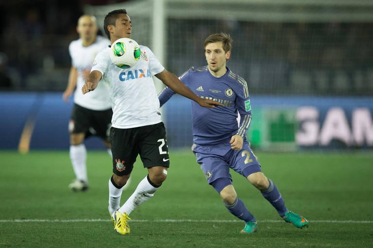 Jorge Henrique domina bola na final entre Corinthians e Chelsea no Mundial de 2012