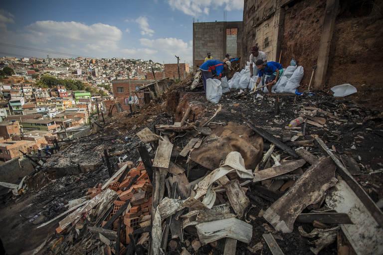 Quatro pessoas morreram na madrugada desta quinta em um incêndio em uma  favela, na região ... e07810d724