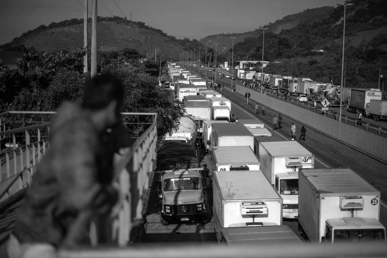 Veículos bloqueiam a BR-116, na região de Magé, no Rio de Janeiro, durante a paralisação de caminhoneiros