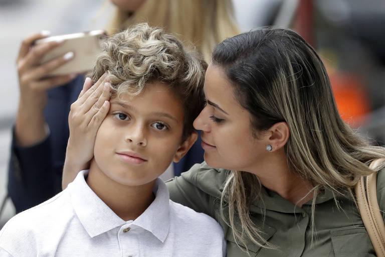 A brasileira Sirley Silveira Paixão,  que busca asilo no EUA, ao se reencontrar com o filho Diego Magalhães, 10, em Chicago