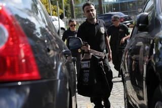 Policiais levam malote para a sede da PF em SP