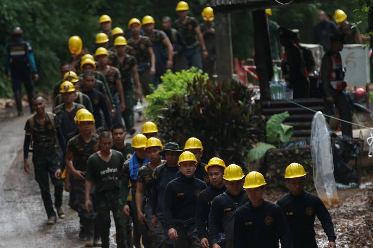 Militares ajudam resgate na Tailândia