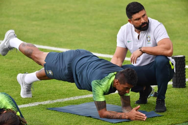 O meia brasileiro Paulinho participa de uma sessão de treinamento no Estádio Tsentralny, em Kazan, na véspera do jogo das das quartas-de-final da Copa do Mundo da Rússia 2018 contra a Bélgica
