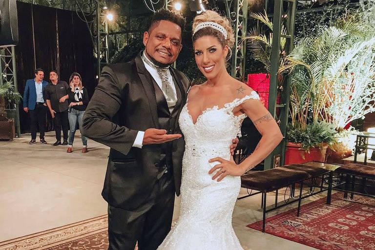 Marcelo Rocha de terno e Tati Minerato de vestido de noiva