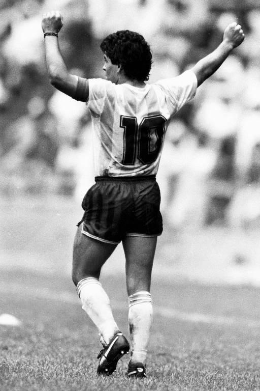 Maradona comemora a vitória da Argentina sobre a Bélgica por 2 a 0 em 1986