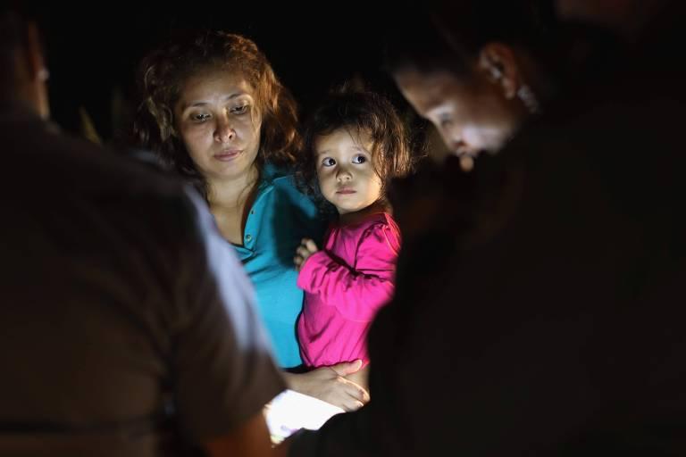 Mulher e criança hondurenhas perto da fronteira entre EUA e México em McAllen, no Texas