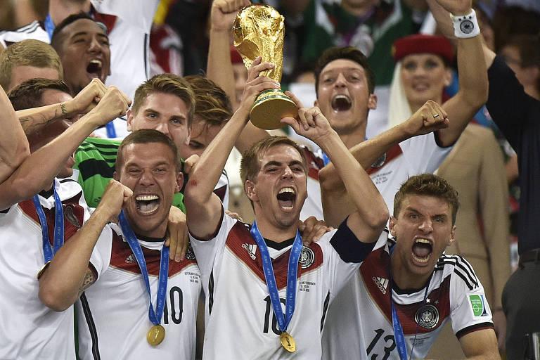 O capitão alemão, Phillip Lahm, ergue o troféu da Copa do Mundo em 2014, no Brasil, após a Alemanha bater a Argentina na final