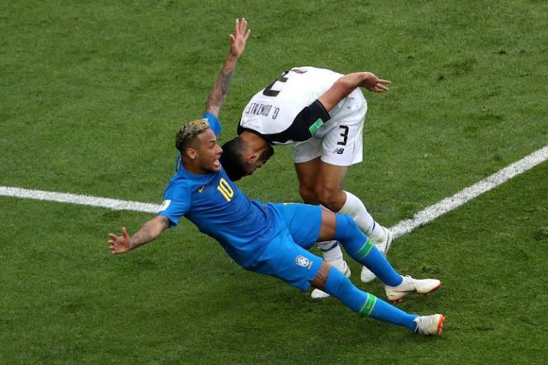 Neymar cai dentro da área em jogo contra Costa Rica; árbitro marcou penalidade, mas depois voltou atrás ao ver o lance pelo VAR