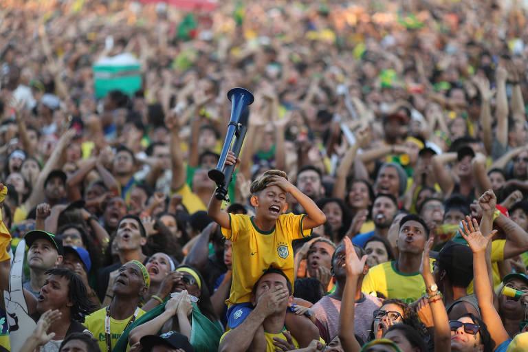 Torcedores no Brasil param para ver Brasil e Bélgica