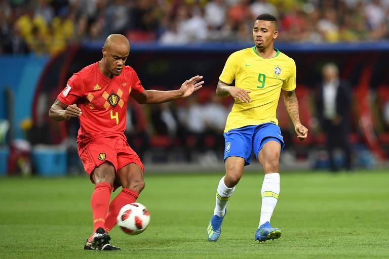 O atacante brasileiro Gabriel Jesus chega na marcação do zagueiro belga Vincent Company, na Copa do Mundo da Rússia; centroavante mais defendeu do que buscou o gol no torneio