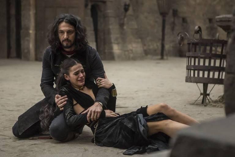 Afonso (Romulo Estrela) socorre Catarina (Bruno Marquezine), após queda