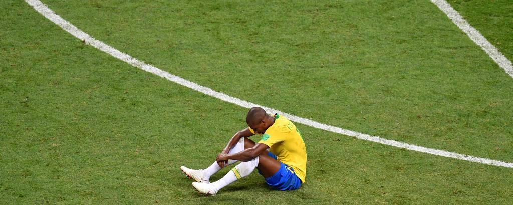 Fernandinho, sentado no campo, lamenta eliminação para Bélgica na Arena Kazan