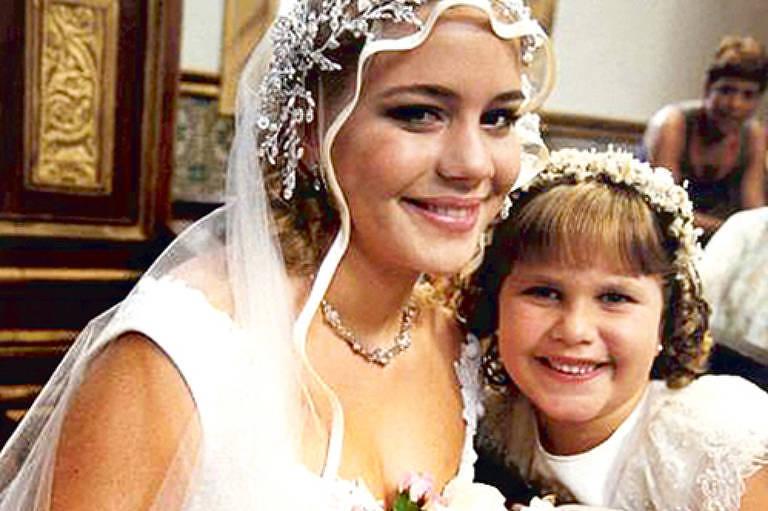 """Thais Müller, ainda criança, ao lado de Leandra Leal, vestida de noiva, em cena da novela """"O Cravo e a Rosa"""" (Globo)"""