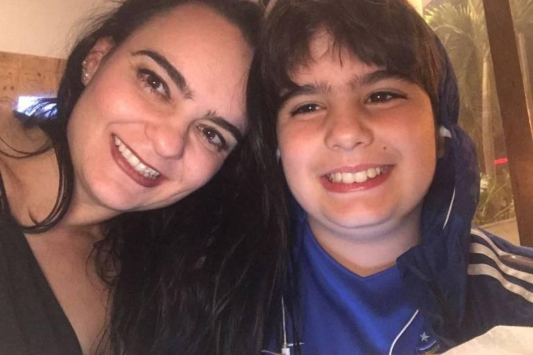 Patricia Marchi Barros com o filho, Gabriel, 11 anos, que dorme pouco