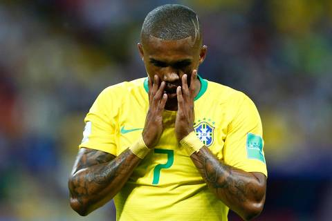 Brazil's forward Douglas Costa gestures during the Russia 2018 World Cup quarter-final football match between Brazil and Belgium at the Kazan Arena in Kazan on July 6, 2018. / AFP PHOTO / BENJAMIN CREMEL / RESTRICTED TO EDITORIAL USE - NO MOBILE PUSH ALERTS/DOWNLOADS