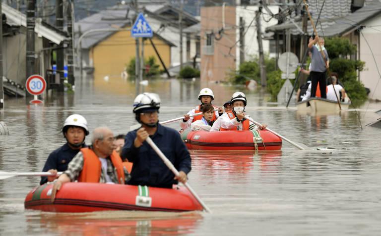 Moradores de Kurashiki, no oste Japonês, são resgatados depois de inundações