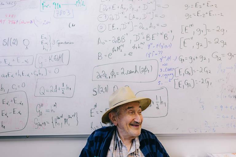 Abraham Hirsz Zimerman em frente a uma lousa com cálculos