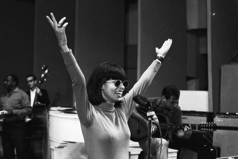 Nara Leão no 3º Festival de Música Popular Brasileira na TV Record em 1967, no Teatro Record