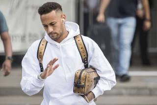 Neymar deixa hotel Mirage em Kazan